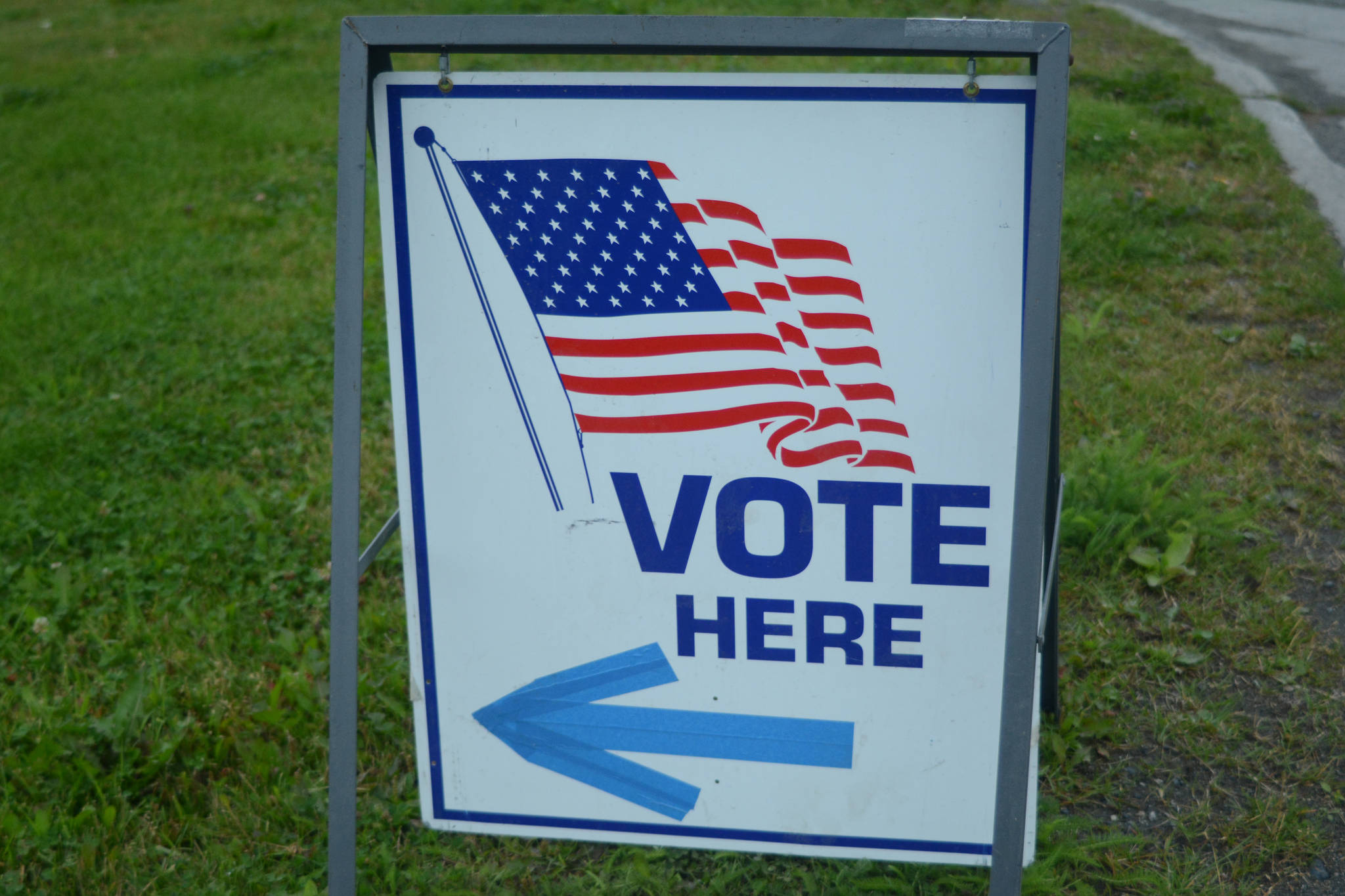 A sign by the Homer Chamber of Commerce and Visitor Center shows where to vote on Aug. 21, 2018, for the Diamond Ridge, Homer, Alaska, precinct. (Photo by Michael Armstrong/Homer News)